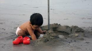 bocah penggali sumur pantai